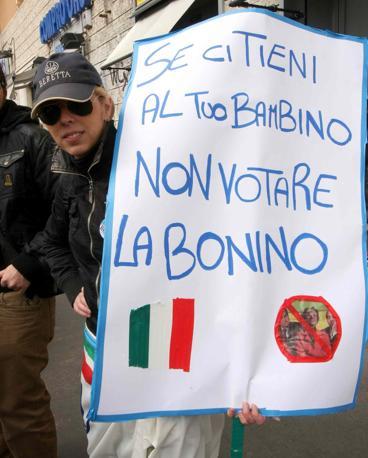 Cartello contro la candidata del centrosinistra alla regionali nel Lazio, Emma Bonino (Infophoto)