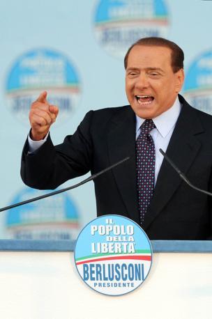 Silvio Berlusconi sul palco di piazza San Giovanni (Ansa)