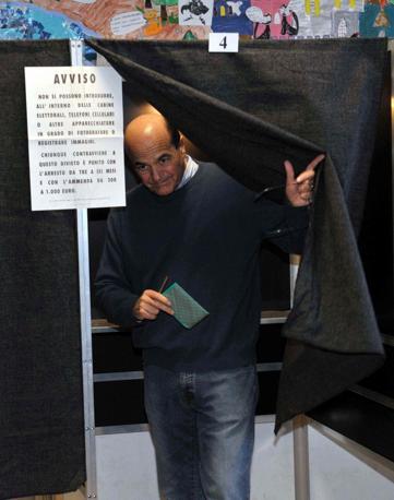Il segretario del Pd Bersani vota a Piacenza (infophoto)