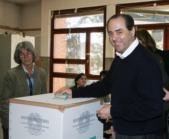 Antonio Di Pietro mentre vota presso il suo seggio elettorale di Curno Bergamo (Ansa)
