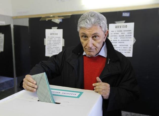 Il governatore Bassolino al suo ultimo voto come presidente della Campania (Agn)