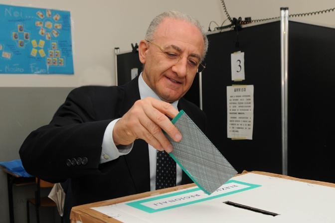 Il candidato del Pd alla presidenza della Regione Campania, Vincenzo De Luca, al voto a Salerno (Ansa)