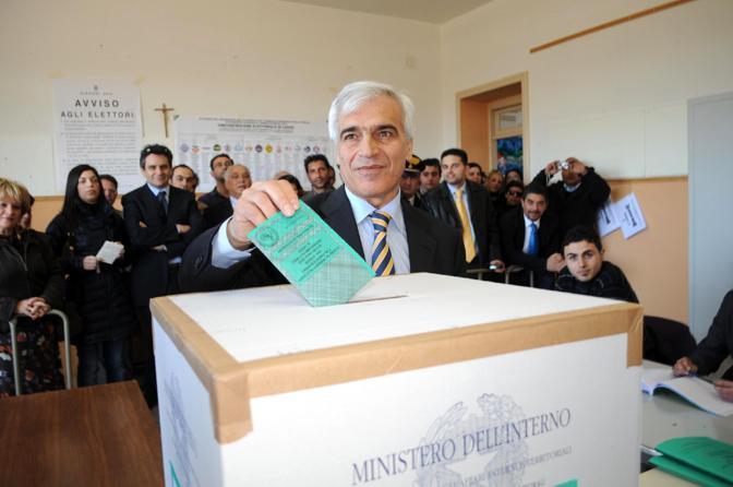 Rocco Palese, il candidato alla presidenza della Regione Pugllia per il centrodestra nel suo seggio di Acquarica del Capo (Ansa)