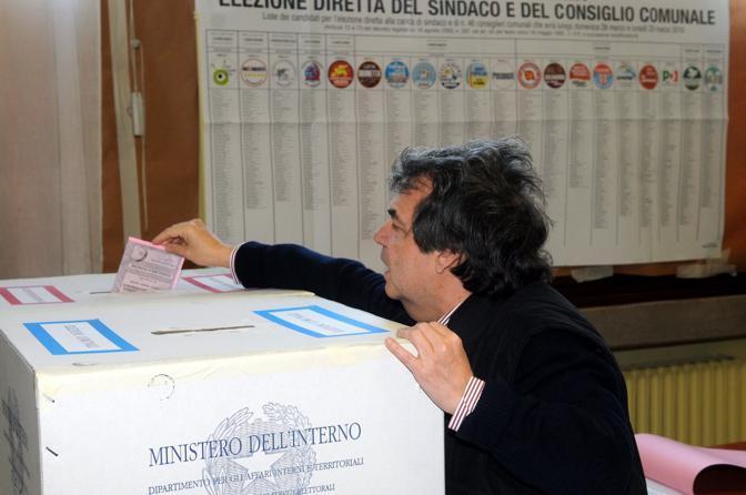 Il candidato a sindaco, ministro Renato Brunetta, al seggio della scuola elementare Zambelli di Venezia (Fotogramma)