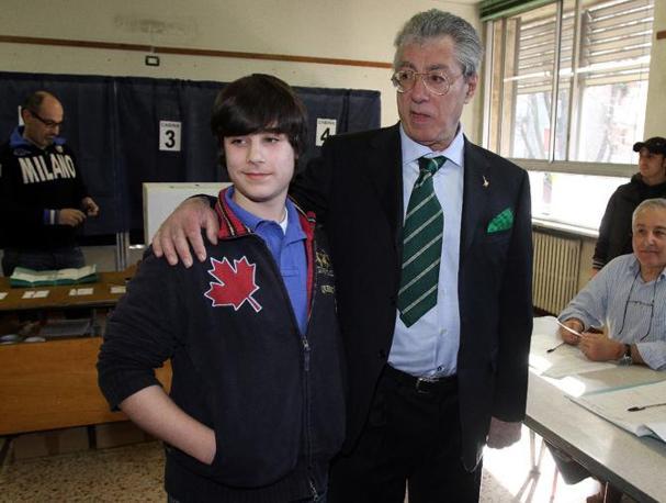 Bossi con il figlio quattordicenne Sirio a Milano (Ansa)