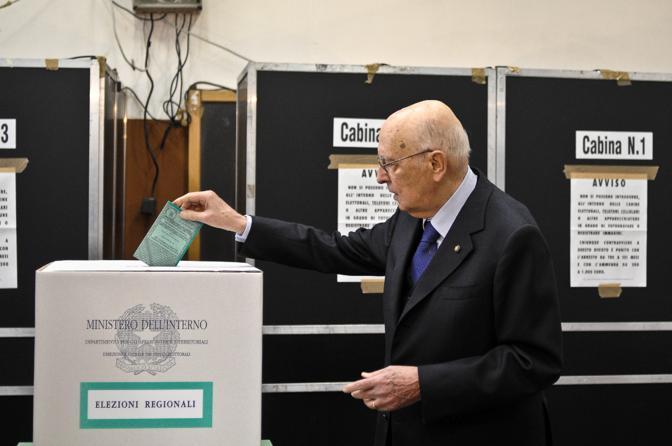 Il presidente Napolitano durante il voto presso il seggio collocato all'Istituto tecnico statale per il turismo Cristoforo Colombo di via Panisperna (Ansa)