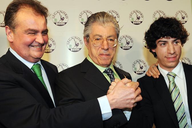 La gioia di Calderoli, Umberto Bossi e del figlio Renzo (Ansa)