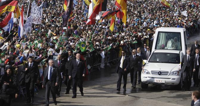 L'arrivo del Papa per la messa nella spianata davanti al santuario mariano di Fatima, in Portogallo. Erano presenti circa 500mila persone (Reuters)