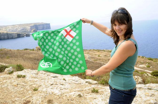 Una ragazza con la bandiera padana (Cavicchi)
