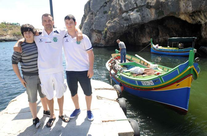 Roberto Bossi con il fratello minore Sirio e un dirigente della Padania calcio sul molo di Gozo (Cavicchi)