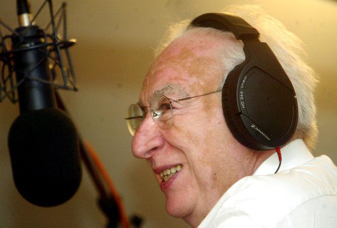Francesco Cossiga negli studi radiofonici di Rtl durante la trasmissione «L'indignato speciale» (Ansa)