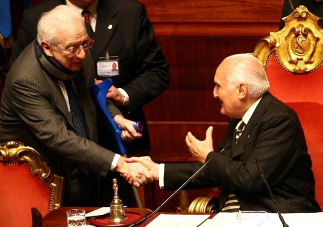 Senatori a vita ed ex presidenti della Repubblica: Francesco Cossiga e Oscar Luigi Scalfaro alla prima seduta in Senato (Ansa)