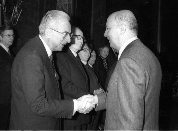 Roma 20 Dicembre 1985 - Auguri di Natale tra il presidente della Repubblica Francesco Cossiga e Giorgio Napolitano (Ansa)