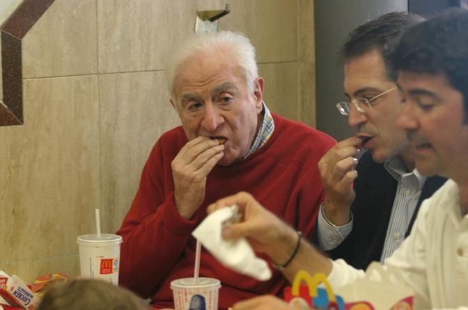 Roma, 2 giugno 2004 - Francesco Cossiga pranza al Mc Donald's (Delta)