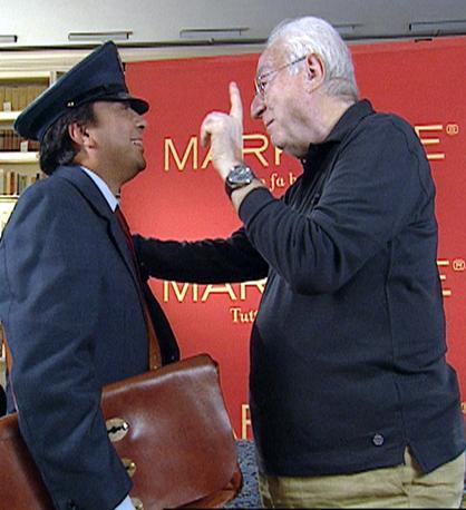 Francesco Cossiga con Piero Chiambretti durante una puntata di «Markette» (Ansa)