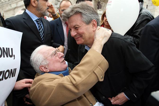 Roma, 8 aprile 2004 - Francesco Cossiga alla Marcia di Pasqua contro la pena di morte saluta Adriano Sofri (La Presse)