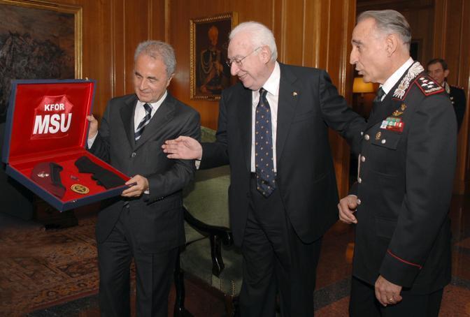 Francesco Cossiga, presidente della Repubblica, riceve dal ministro della Difesa Arturo Parisi la promozione al grado onorifico di Vice Brigadiere dell Arma dei Carabinieri e la qualifica di Operatore del Gis alla presenza del comandante generale dell'Arma Gianfrancesco Siazzu (Ansa)