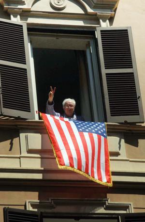 Francesco Cossiga, con la bandiera americana alle finestre di casa saluta il passaggio di George Bush (Proto)