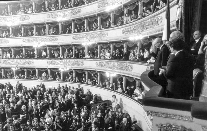 Milano, Francesco Cossiga alla Scala durante l'anniversario della ricostruzione (archivio Corriere)