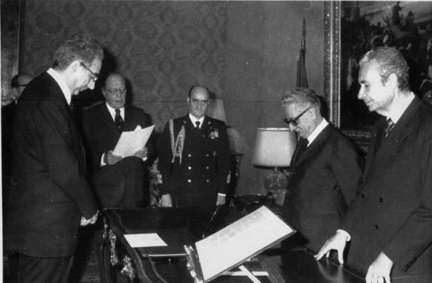 Roma 24 giugno 1976 - Francesco Cossiga assume la carica di ministro dell'Interno e giura davanti al presidente della Repubblica Giovanni Leone e al premier Aldo Moro (Ap)