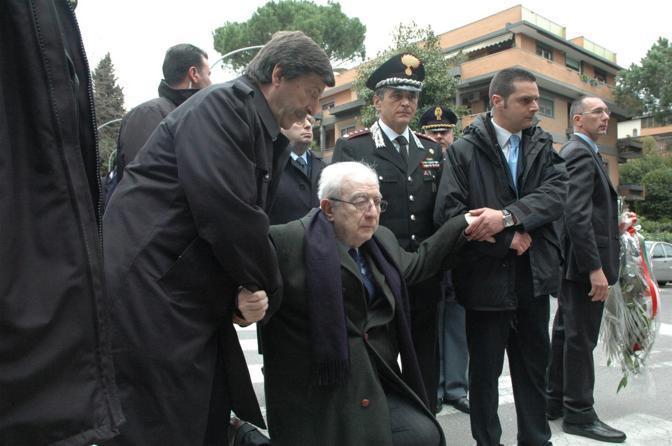 Roma, marzo 2008 - Francesco Cossiga in ginocchio davanti la lapide commemorativa in via Fani nel  trentennale del rapimento di Aldo Moro e dell'uccisione degli uomini della scorta (Fotogramma)