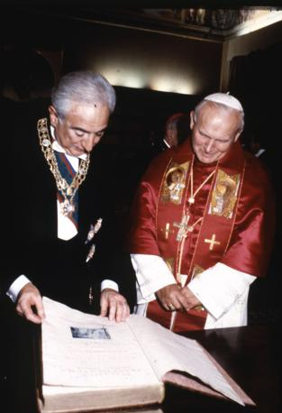 Francesco Cossiga, presidente della Repubblica, con Giovanni Paolo II (Ansa)