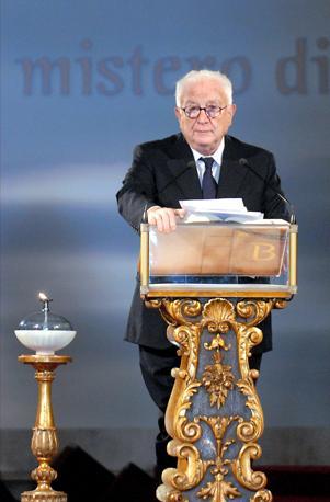 Francesco Cossiga legge la Bibbia, nella basilica romana di Santa Croce in Gerusalemme, durante la maratona di lettura che ha consentito, in una settimana, di leggere l'intero testo sacro (Olycom)