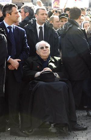 Francesco Cossiga, in Piazza San Pietro, durante la recita dell'Angelus, in occasione della Giornata mondiale del malato (Anas)