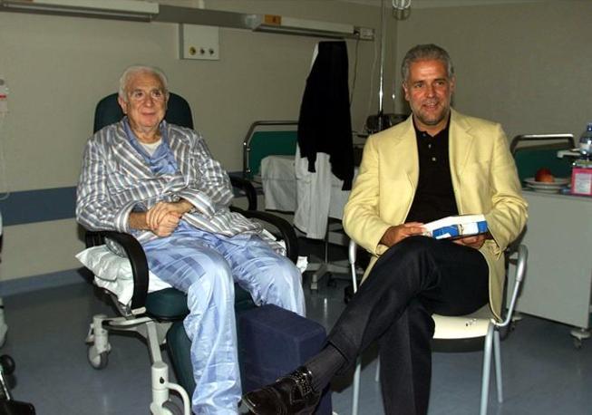 2000 - Francesco Cossiga in clinica riceve la visita di Roberto Formigoni, presidente della Regione Lombardia (Ansa)