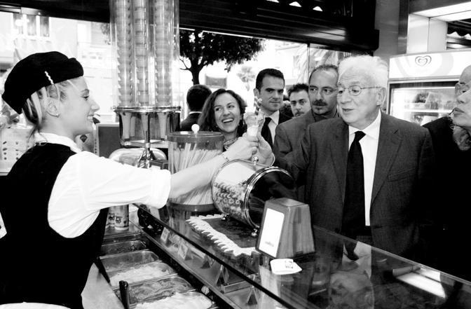 Francesco Cossiga, nella gelateria di piazza dei Mirti, a Roma, con Melania De Nichilo Rizzoli (Guaitoli)