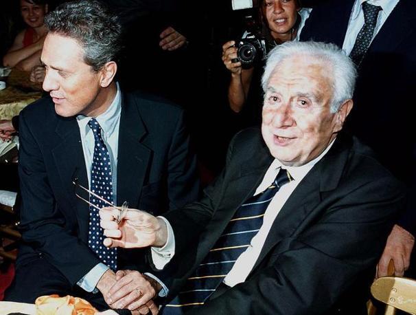 Roma, 6 luglio 2001 - Francesco Cossiga al Ninfeo di Villa Giulia con Francesco Rutelli, durante il 55esimo Premio Strega (Ap)