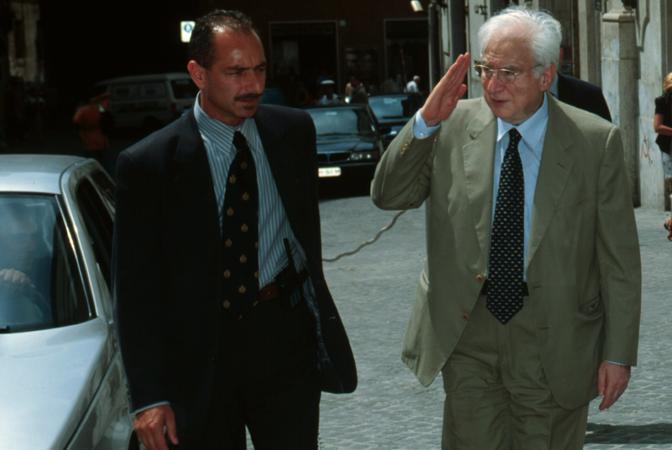 Roma, 13 gennaio 2001: Francesco Cossiga, saluta la scorta (Azimut)