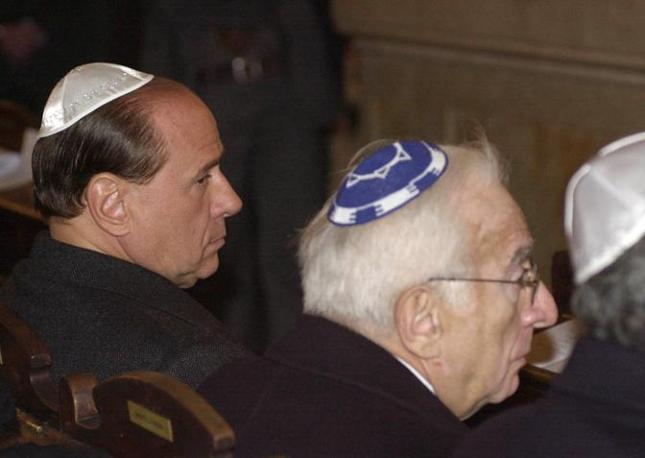 Roma, 4 dicembre 2001 - Francesco Cossiga alla sinagoga, con Silvio Berlusconi, durante la veglia per le vittime del terrorismo in Israele (Ap)