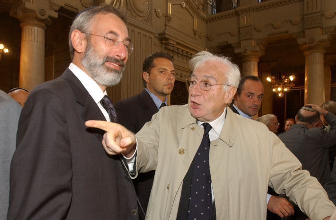 Roma, 2 ottobre 2002 - Cossiga al museo ebraico con il rabbino capo della Comunità romana Riccardo Di Segni durante la presentazione del progetto del tempio (Guaitoli)