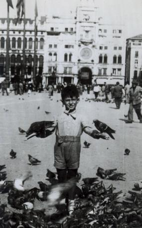 Francesco Cossiga, a 6 anni in piazza San Marco a Venezia (Ansa)