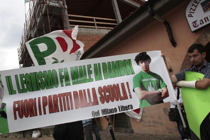 La protesta di Pd, popolo viola e autonomi contro la scuola leghista recentemente intitolata a Gianfranco Miglio (Ap)