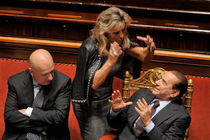 Berlusconi si riprende e la senatrice Ada Spadoni Urbani va a salutarlo... (Imagoeconomica)