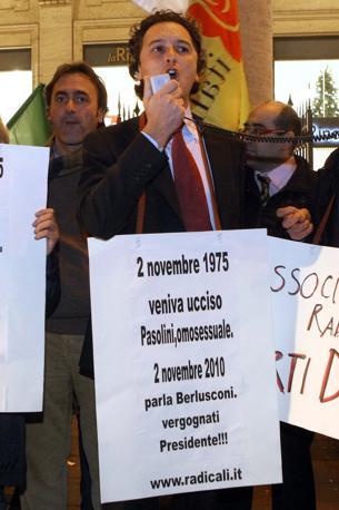 Sit-in organizzato dai Radicali davanti Palazzo Chigi dopo le frasi del premier, Silvio Berlusconi, sugli omosessuali: «Meglio le belle ragazze che essere gay» (LaPresse)