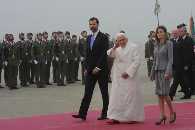 Il Papa a Santiago de Compostela accolto dalle Altezze reali Principi delle Asturie Felipe di Spagna e la consorte Letizia Ortiz (Ansa)