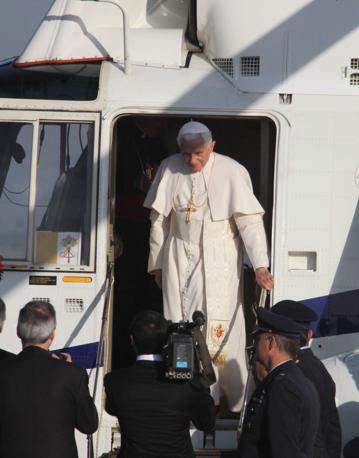Papa Benedetto XVI all aeroporto di Fiumicino prima della partenza per Santiago de Compostela (Ansa)