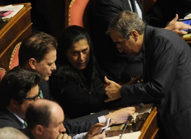 Rosi Mauro (al centro), senitrice della Lega Nord e vice presidente del Senato, tra il capogruppo del Pdl al Senato Maurizio Gasparri e il presidente dei senatori della Lega Federico Bricolo  ed in Aula durante la discussione del ddl Gelmini (Ansa)