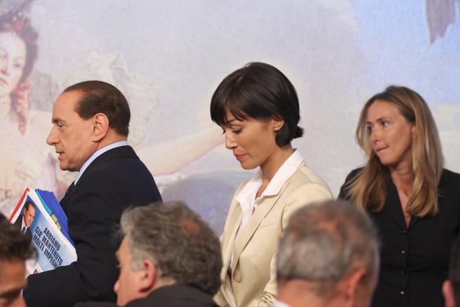 Mara Carfagna e Stefania Prestigiacomo dietro al presidente Berlusconi in una foto d'archivio (Mdivita)