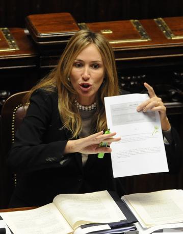 Il ministro dell Ambiente Stefania Prestigiacomo, il 16 dicembre 2010, a Montecitorio durante la discussione e le votazioni sugli emendamenti al testo sul decreto legge per l'emergenza rifiuti in Campania (Ansa)