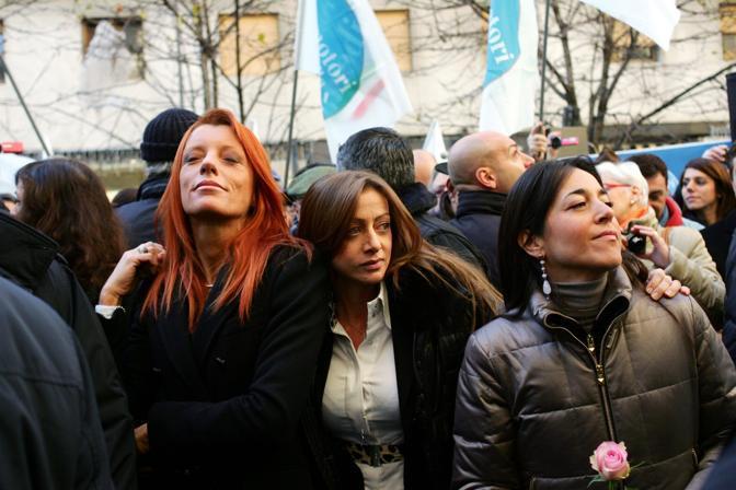 Michela Brambilla, ministro Turismo, Giorgia Meloni, ministro della Gioventù al comizio di Silvio Berlusconi, a Milano l'11 dicembre 2010 (Fotogramma)