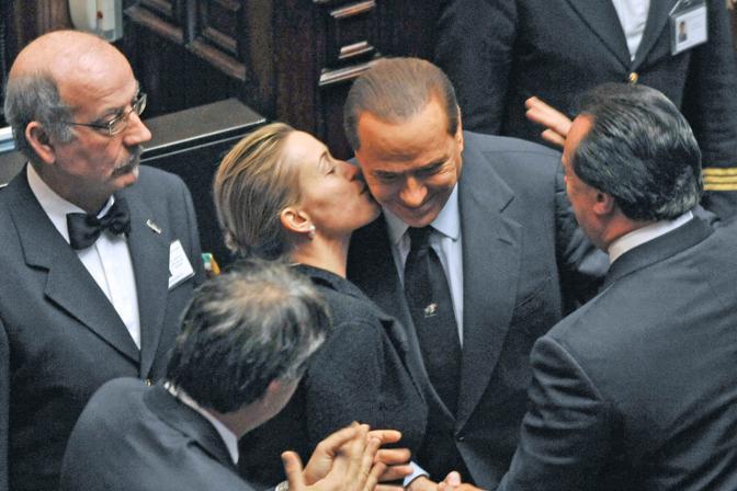 Silvio Berlusconi riceve un bacio dall'onorevole Deborah Bergamini alla Camera dopo la votazione  della sfiducia (Italyphotopress)