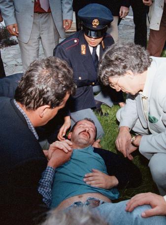 Una foto di archivio di Roberto Maroni assistito da Roberto Calderoli e Umberto Bossi dopo gli incidenti di via Bellerio