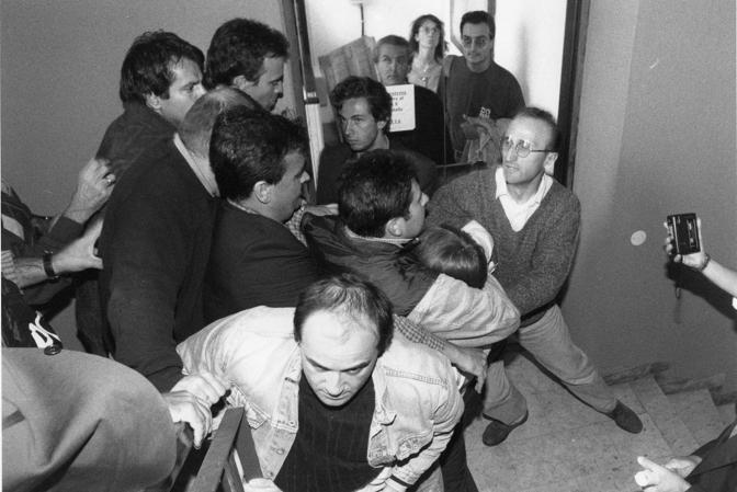Settembre 96: irruzione della Digos nella sede della Lega. Al centro si riconosce Roberto Calderoli