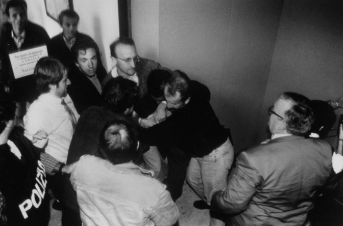 Mario Borghezio, l'ultimo a destra di spalle con la giacca. Davanti a lui , con maglione scuro e jeans l'attuale ministro degli Interni, Roberto Maroni