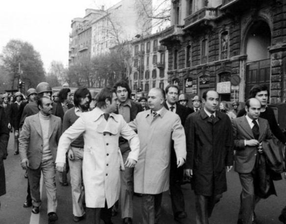 Il 12 aprile 1973, in via Bellotti a Milano, l'agente Antonio Marino viene ucciso negli scontri tra la polizia e i missini. Nella foto una delegazione del partito ricevuta in prefettura: con Franco Servello e Ciccio Franco, anche un giovanissimo Ignazio La Russa, il secondo da sinistra, con la barba e i capelli lunghi