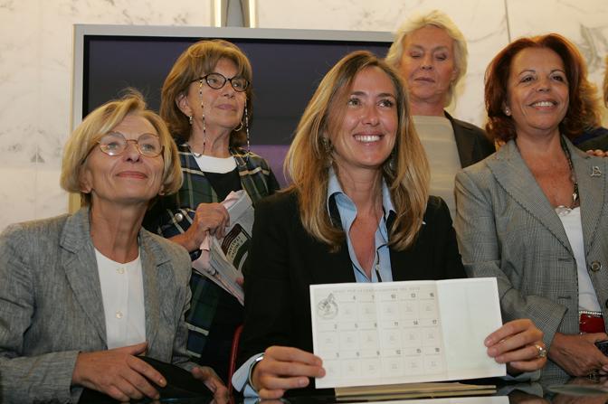 Stefania Prestigiacomo con Emma Bonino, Margherita Boniver ed altre esponenti del comitato promotore «Donne per il si» al referendum sulla procreazione assistita  (Ansa)